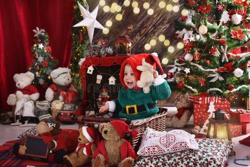 Pys och hans första jul fotografering för bildbyråer