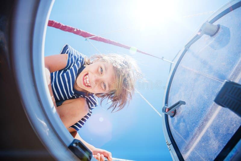 Pys ombord av seglingyachten på sommarkryssning Resa affärsföretaget som seglar med barnet på familjsemester arkivbild