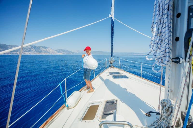 Pys ombord av seglingyachten p? sommarkryssning Resa aff?rsf?retaget som seglar med barnet p? familjsemester royaltyfri fotografi