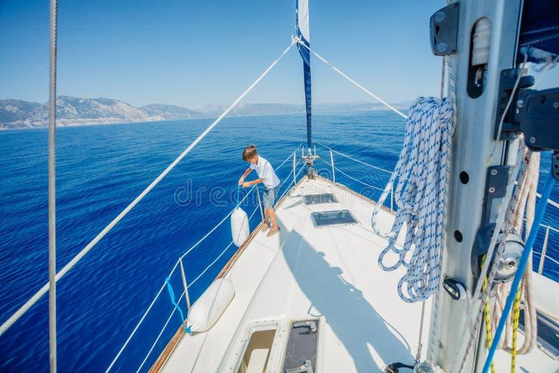 Pys ombord av seglingyachten p? sommarkryssning Resa aff?rsf?retaget som seglar med barnet p? familjsemester arkivfoton