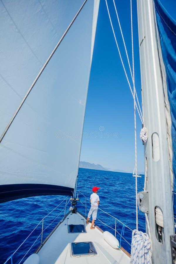 Pys ombord av seglingyachten p? sommarkryssning Resa aff?rsf?retaget som seglar med barnet p? familjsemester arkivbilder