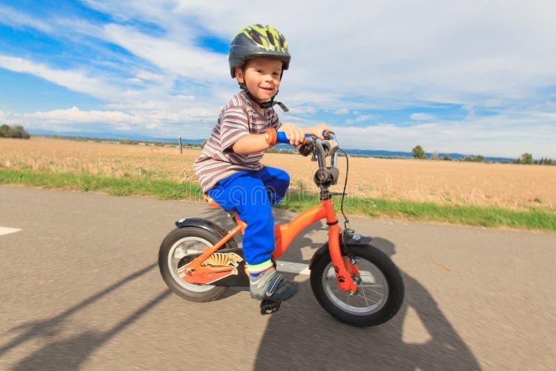 Pys på en cykel royaltyfria bilder