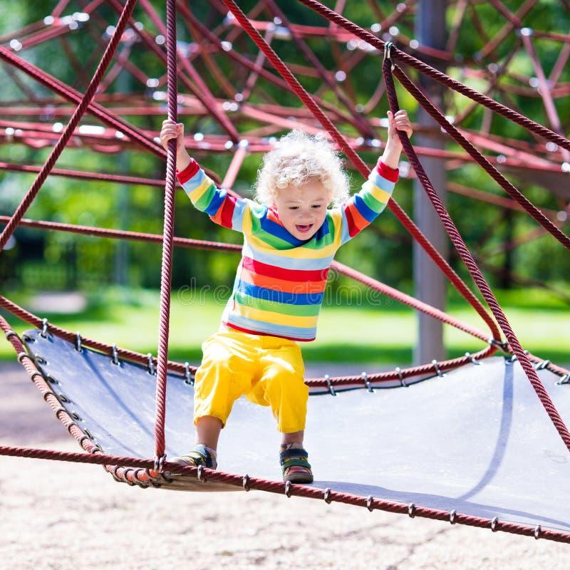 Pys på en lekplats fotografering för bildbyråer