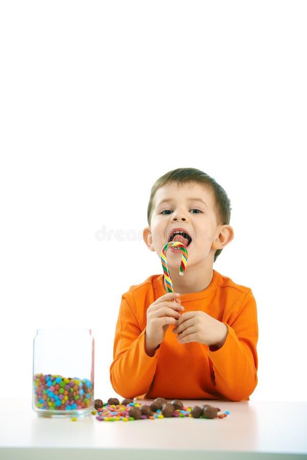 Pys som äter sötsaker fotografering för bildbyråer