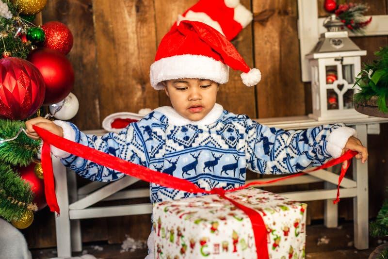 Pys som öppnar en julklapp royaltyfria foton