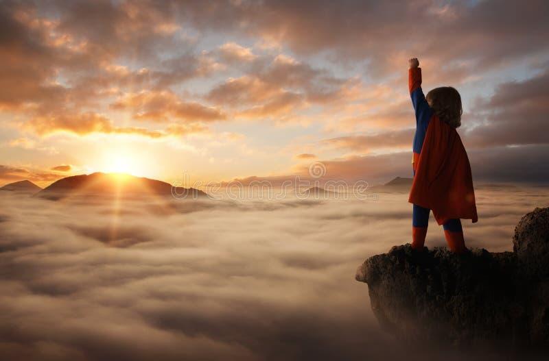 Pys som agerar som en superhero arkivfoto
