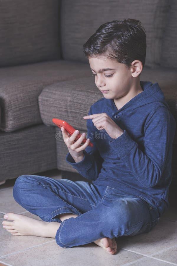 Pys som använder en smart telefon royaltyfri bild