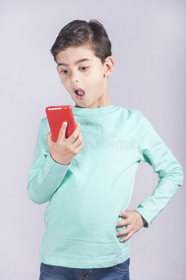 Pys som använder en smart telefon royaltyfri foto