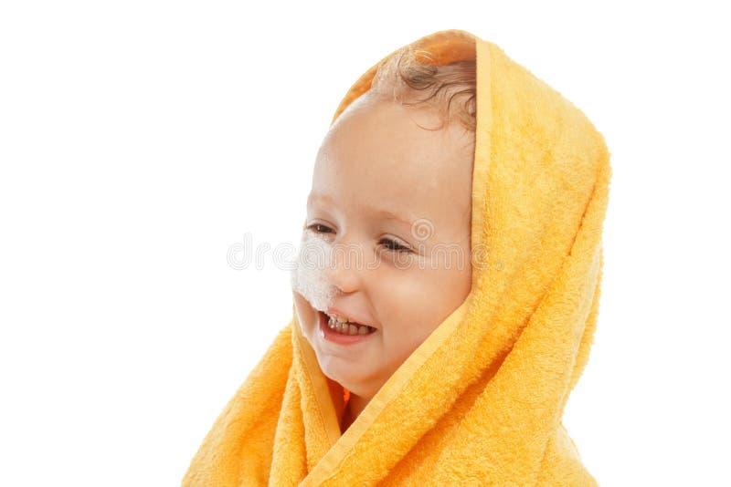 Pys som bär gult handduksammanträde efter bad eller dusch arkivbilder