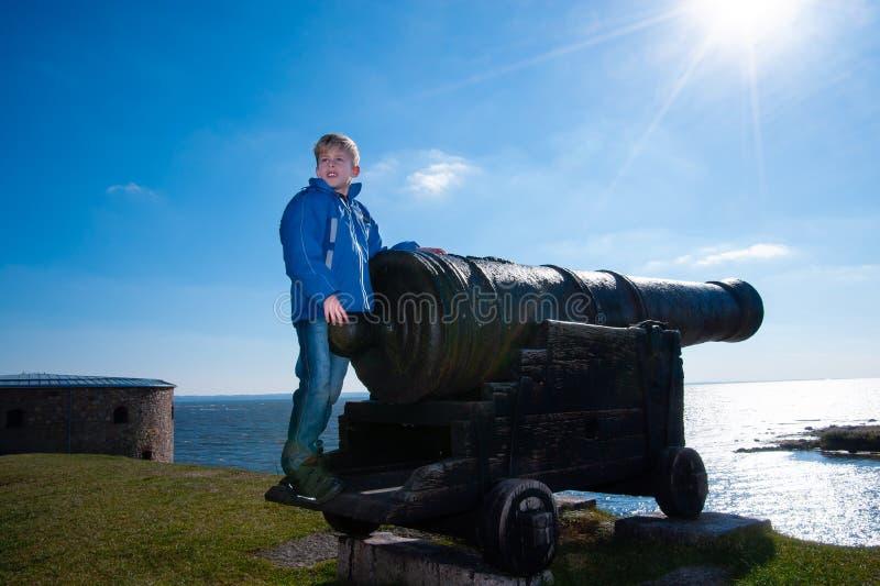 Pys som besöker en gammal kanon royaltyfria foton
