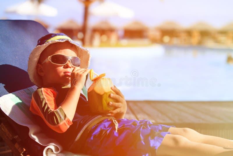 Pys som dricker kokosnötcoctailen på den tropiska stranden royaltyfri fotografi