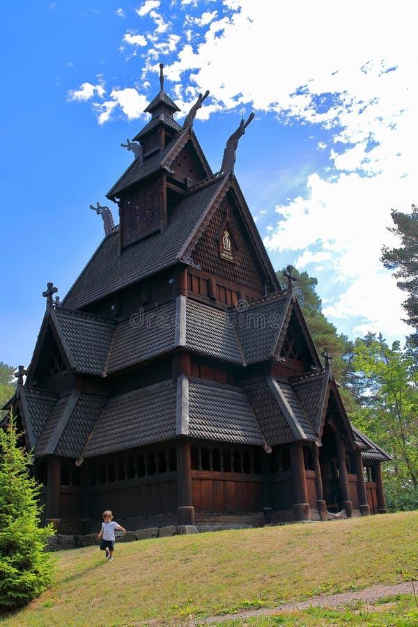Pys som framme kör och spelar av Gol Church, en notsystemkyrka som byggs ursprungligen i den Gol staden, nu i Oslo royaltyfria foton