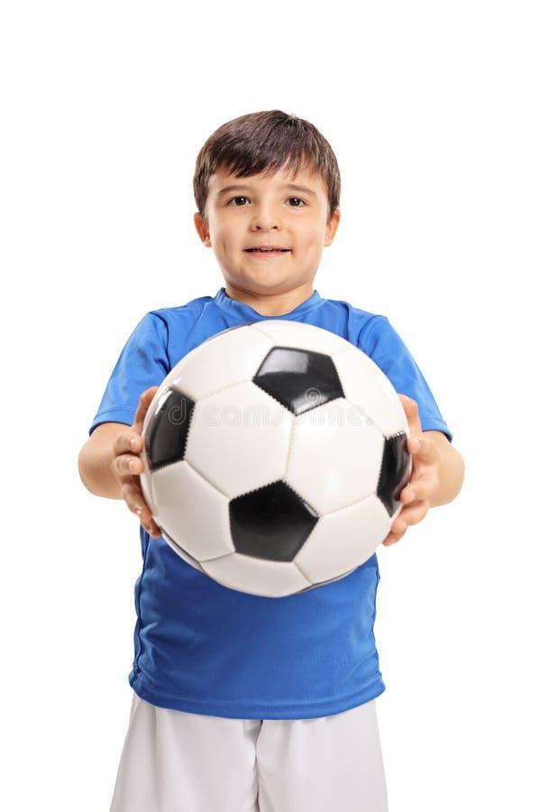 Pys som ger en fotboll royaltyfria foton