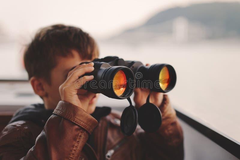 Pys som håller ögonen på och att se, stirra som söker för vid binokulärt royaltyfria foton