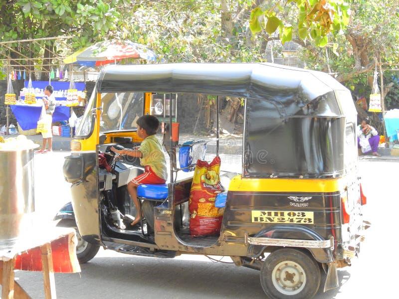 Pys som kör rickshawen i Mumbai royaltyfri fotografi