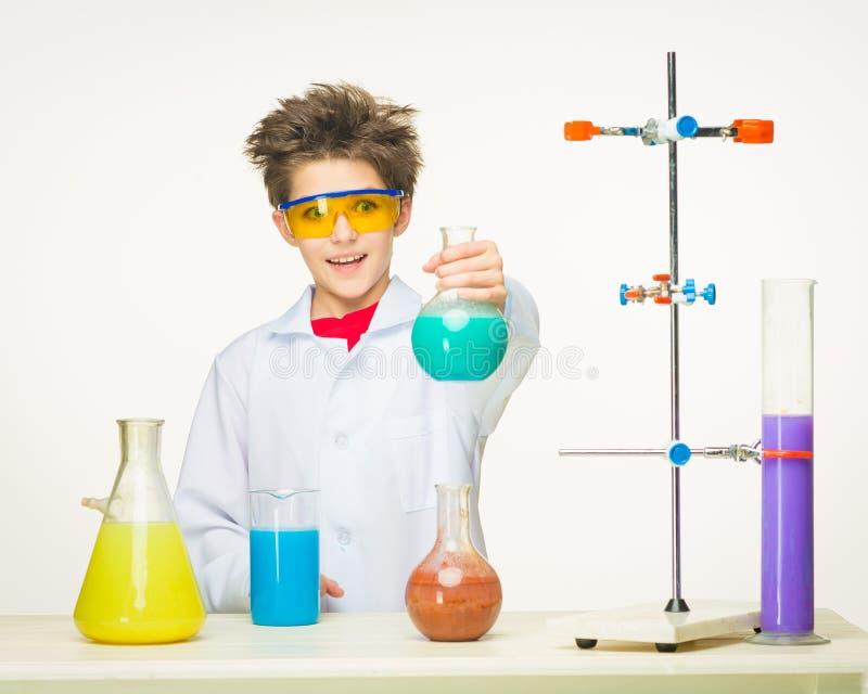 Pys som kemisten som gör experiment med arkivbild