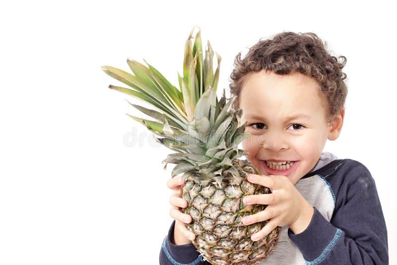 Pys som rymmer en söt ananas arkivfoto