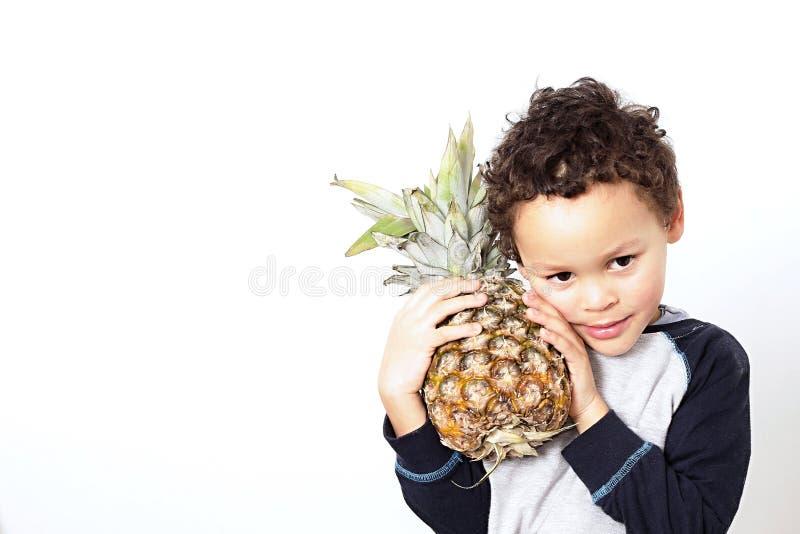 Pys som rymmer en söt ananas arkivbild