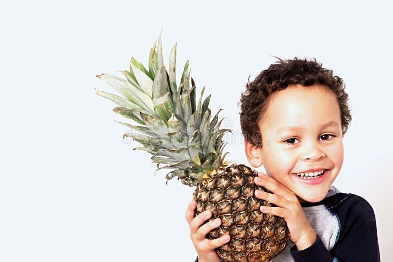 Pys som rymmer en söt ananas royaltyfri fotografi