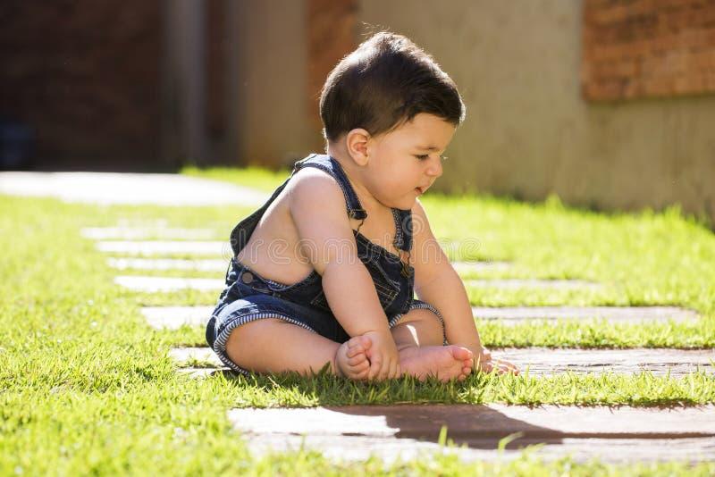 Pys som ser till den utomhus- ståenden för sida Brasilianen behandla som ett barn arkivfoto