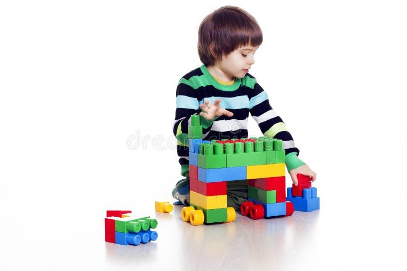 Pys som spelar lego royaltyfri fotografi
