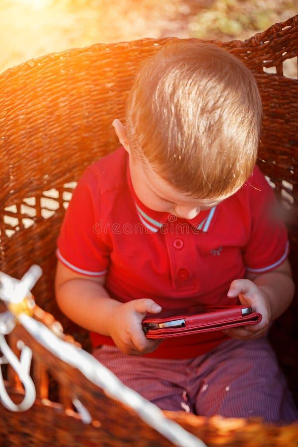 Pys som spelar med minnestavlaPC royaltyfri foto