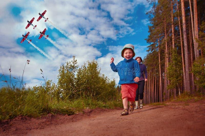 Pys som spelar med modern fotografering för bildbyråer