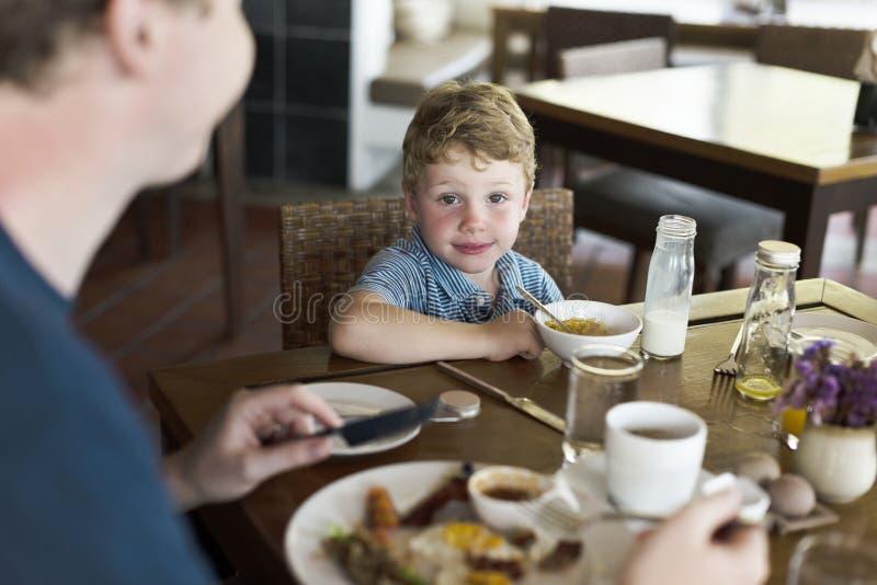 Pys som tycker om äta frukosten arkivbilder