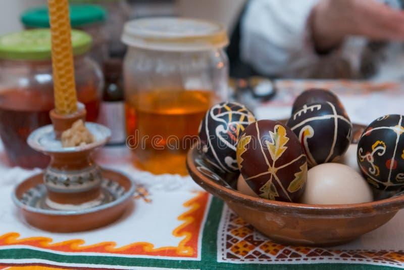 Pysanka, ukrainische traditionelle Ostereier, handgeschrieben mit heißem Wachs und handgemalt mit selbst gemachter Färbung, in de lizenzfreies stockfoto