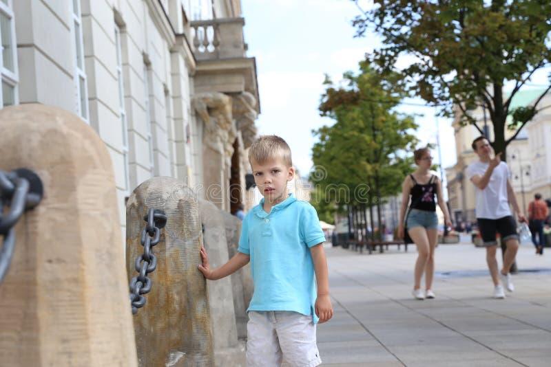 Pysanseende på en trottoar royaltyfria bilder