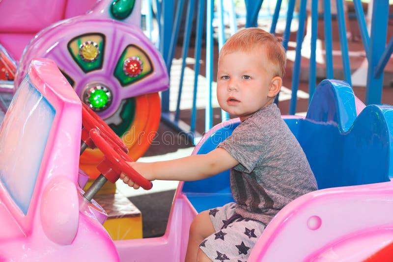 Pysen kör barnleksakbilen royaltyfria foton