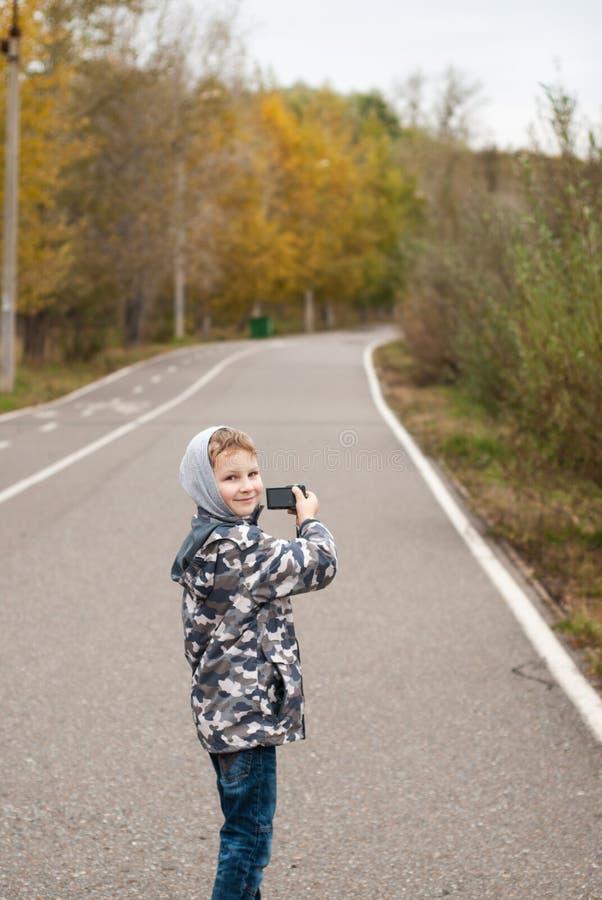 Pysen med kameran i höst parkerar, arkivfoton