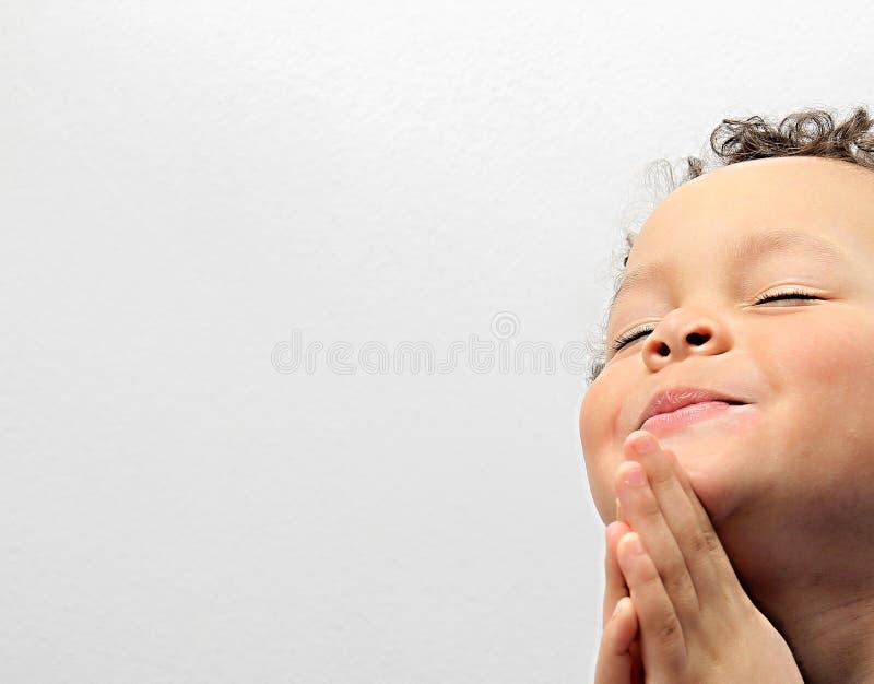 Pysen som ber till guden med händer, rymde tillsammans materielfotoet arkivfoton