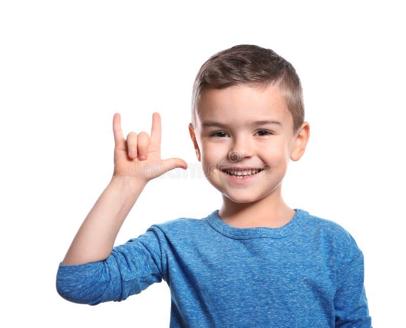 Pysen som visar ÄLSKAR JAG, DIG gesten i teckenspråk på vit royaltyfri fotografi
