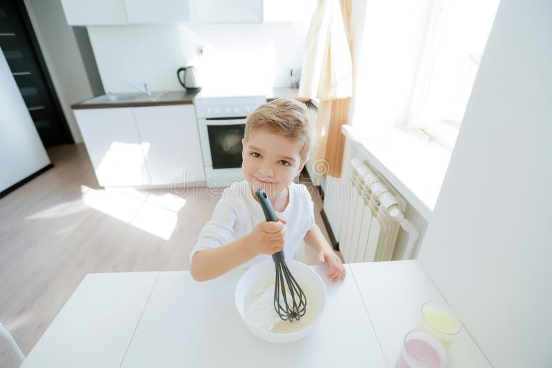 Pysen tycker om att laga mat i kökinre arkivbilder