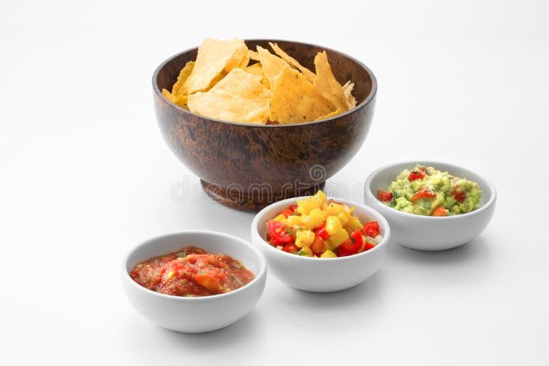 Pyskuje z kukurydzanymi układami scalonymi i salsa na bielu plecy obrazy stock