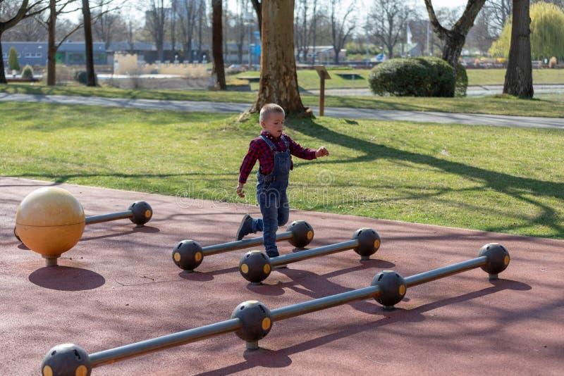 Pyslek i sommar parkerar Barn med färgrik kläder fotografering för bildbyråer