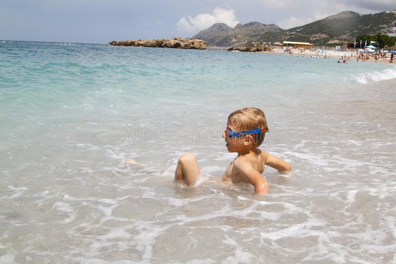 pyslek med splahesv?gor av havet fotografering för bildbyråer