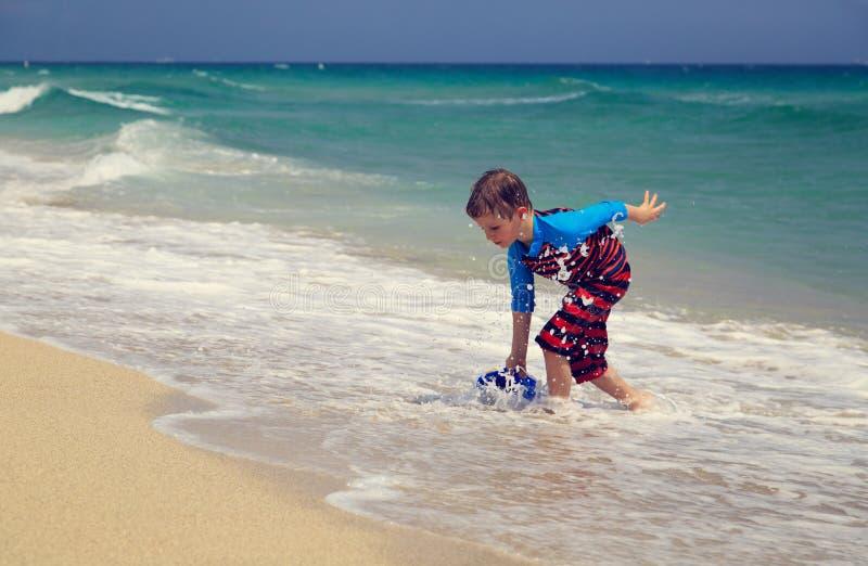 Pyslek med vatten på den tropiska stranden royaltyfria foton