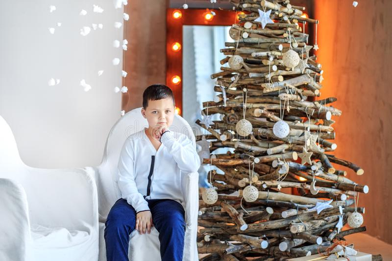 Pyssammanträde på stolen i rummet Begrepp lyckliga Chris arkivbild