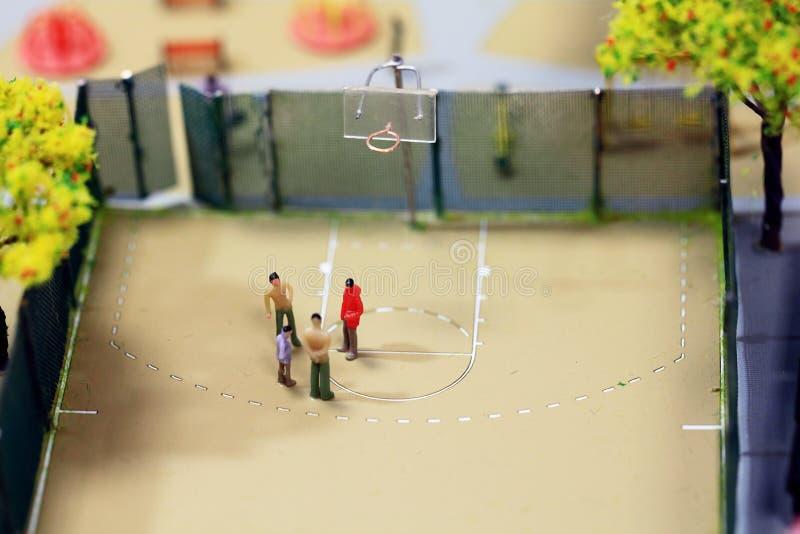 Pysslingar leksaker som spelar basket royaltyfri fotografi