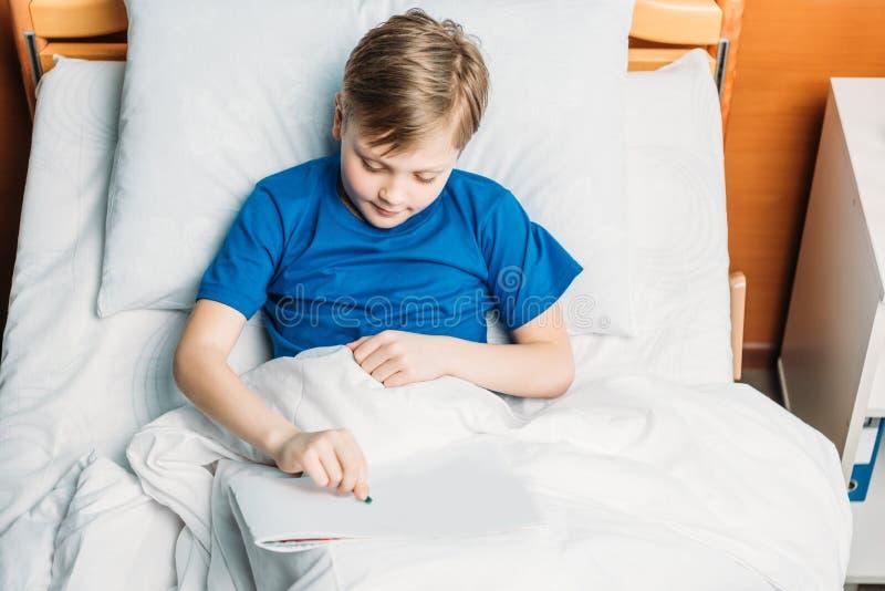 Pysteckning, medan ligga i sjukhussäng royaltyfria foton