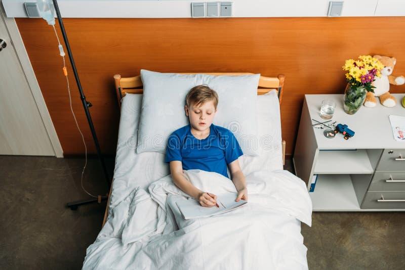 Pysteckningsbild, medan ligga i sjukhussäng royaltyfri bild