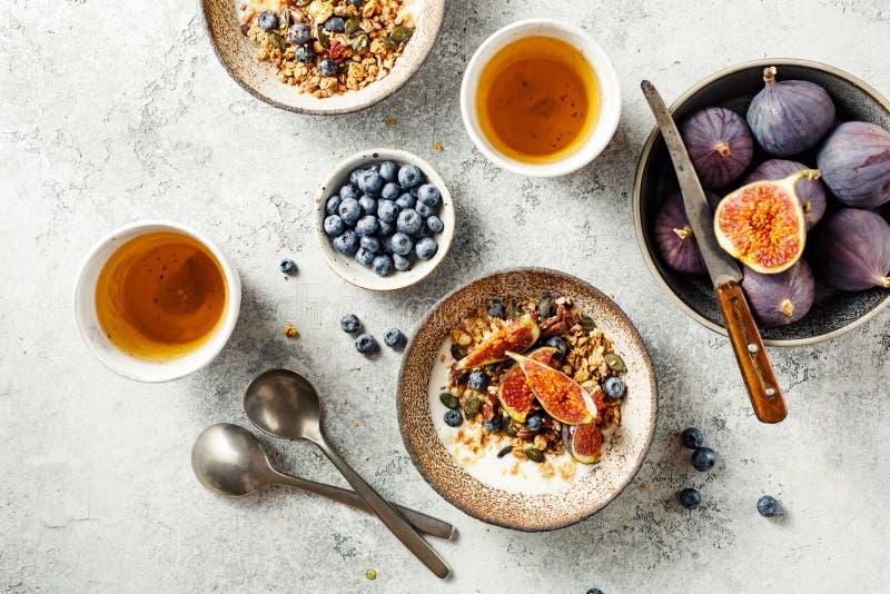 Pyszne i zdrowe śniadanie z ziarnistą, owocami i jagniętami domowymi zdjęcie stock