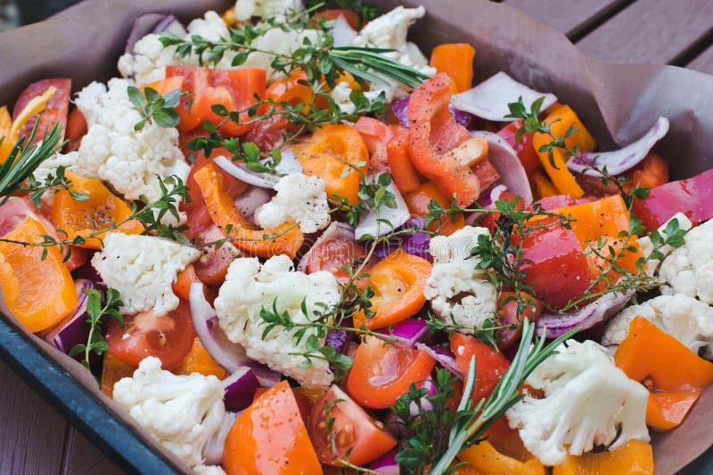 pyszne jedzenie zdrowe Tło pokrojeni surowi warzywa przed piec na pergaminie Pojęcie kucharstwo, wegetarianizm i zdjęcie stock