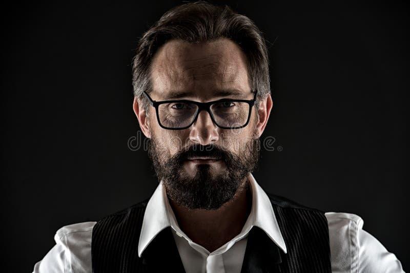 Pyta on jeżeli ty potrzebujesz mądrą rada Biznesowego mężczyzna twarz ufna z zmarszczenie brody wąsy zakończeniem up Biznesowego  zdjęcie royalty free