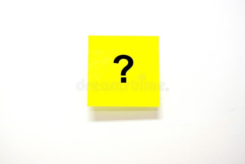 Pytania Mark? słowo z nutowym papierem lub wysyła je na białym tle przypomnienie, Robić liście, biznes, FAQ częstotliwość pytać zdjęcie royalty free