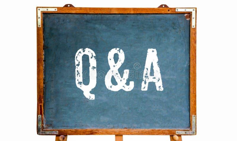 """Q&A akronym för vit text för """"Questions som och för Answers† är skriftlig på en träsvart tavla- eller svart tavlaställning f arkivfoton"""
