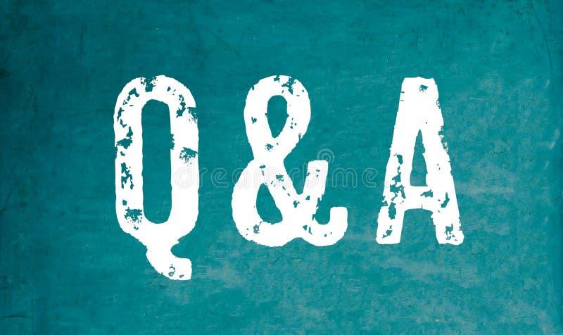 """Q&A akronym för vit text för """"Questions som och för Answers† är skriftlig på en träsvart tavla för grön gammal grungy tappni vektor illustrationer"""