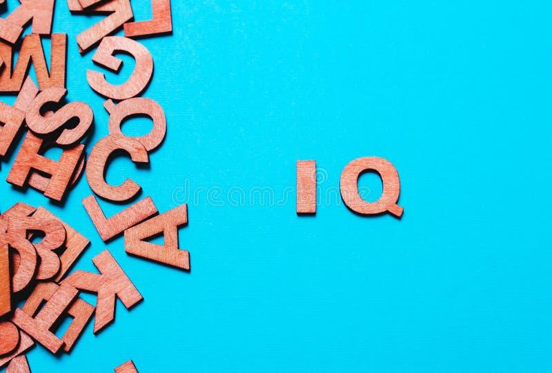 Q.I. da palavra das letras de madeira o imagem de stock